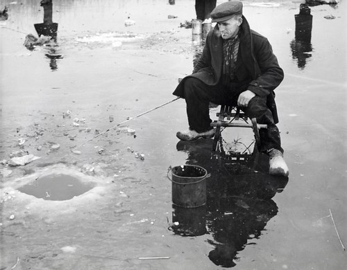 IJsvissen in een wak / Fishing in a blue-hole in the ice